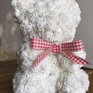 бяло мече от рози