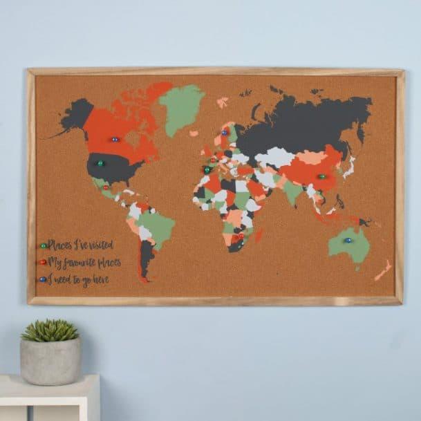 карта на света върху дървена дъска